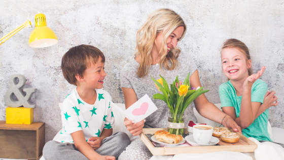 Breakfast-in-bed-mothers-day-mom-with-kids-and-card-and-flowers